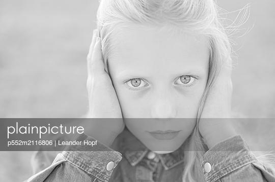 Holding ears - p552m2116806 by Leander Hopf