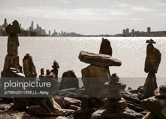 Steinskulpturen am Hudson Ufer - p758m2211258 von L. Ajtay