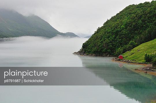 Nebel im Fjord - p9791687 von Schickhofer