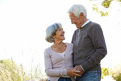 Seniorenpaar macht einen Spaziergang im PArk - p1146m1486686 von Stephanie Uhlenbrock
