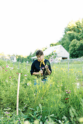 Portrait of a millennial woman working at her flower farm - p1166m2207837 by Cavan Images
