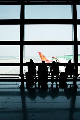 Vier Männer am Flughafen - p1509m2116755 von Romy Rolletschke