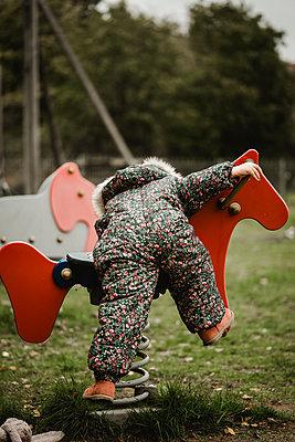 Kleines Mädchen auf einem Spielplatz - p1628m2217697 von Lorraine Fitch