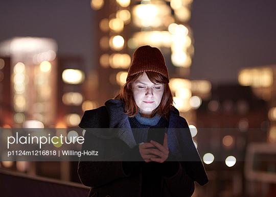 Frau in der Stadt bei Nacht - p1124m1216818 von Willing-Holtz