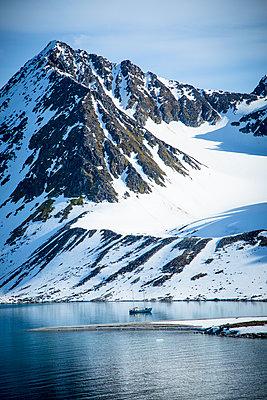 Arctic exploration - p1062m953995 by Viviana Falcomer
