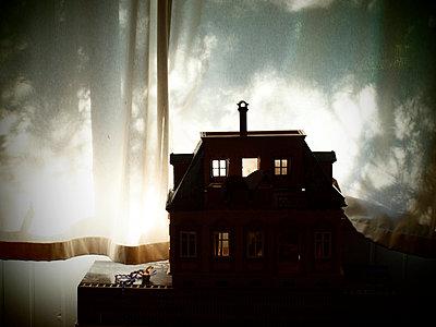 Doll's house - p132m851740 by Peer Hanslik