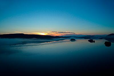 Abendnebel über dem See - Luftaufnahme - p235m2031541 von KuS