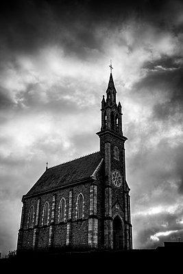 Kirche mit düsterem Himmel - p248m989919 von BY