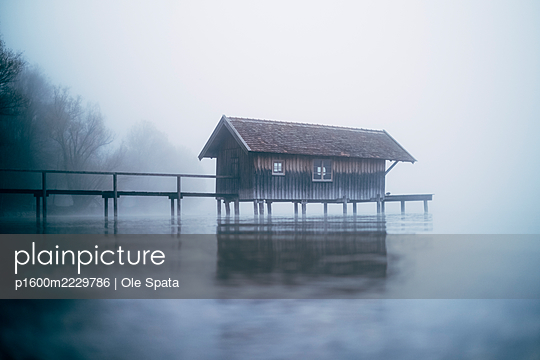 Germany, Bavaria, Ammersee in the fog - p1600m2229786 by Ole Spata