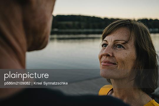 Portrait of mature couple at Lake Baldeneysee - p586m2109082 by Kniel Synnatzschke