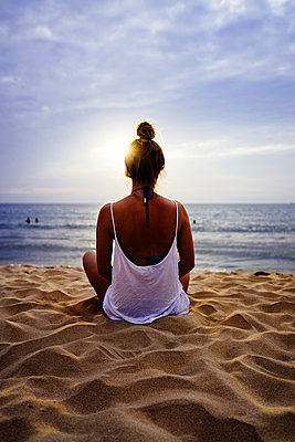 Woman sitting on beach - p1053m967972 by Joern Rynio