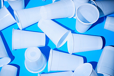 Drinking cups made of plastic - p1149m2098894 by Yvonne Röder