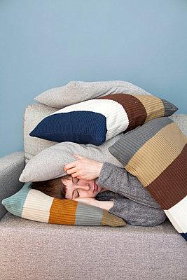Woman taking a nap - p4540844 by Lubitz + Dorner
