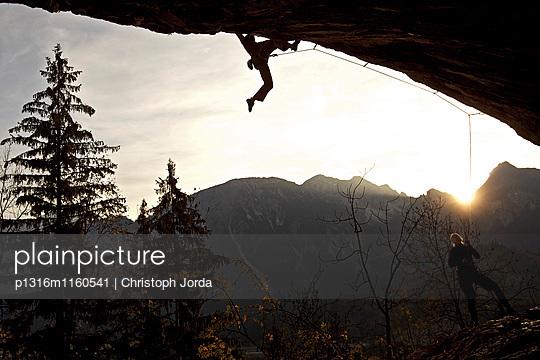 Zwei Kletterer an einer Felswand, Pinswang, Tirol, Österreich, Europa - p1316m1160541 von Christoph Jorda