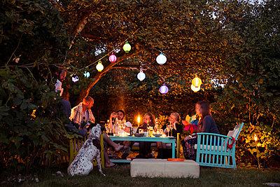 Gartenparty - p788m823833 von Lisa Krechting