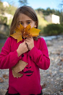 Mädchen mit Herbstlaub - p829m949333 von Régis Domergue