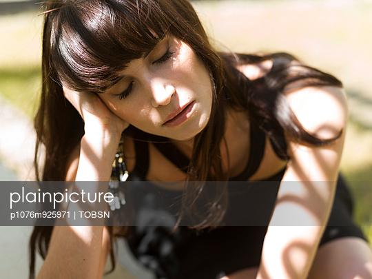 Frau im Sonnenlicht - p1076m925971 von TOBSN