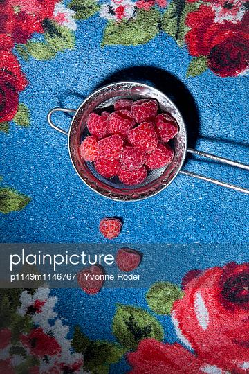Himbeeren auf Küchentuch - p1149m1146767 von Yvonne Röder