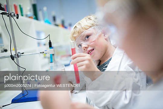 Pupils in science class experimenting with liquids in test tubes - p300m2005274 von Fotoagentur WESTEND61