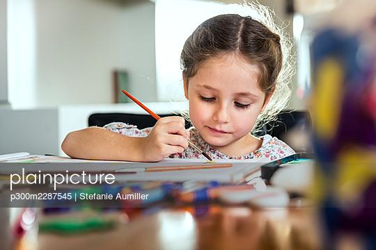 Mädchen malt mit Wassermalfarben - p300m2287545 von Stefanie Aumiller
