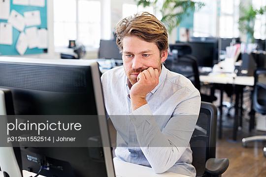 plainpicture | Photo library for authentic images - plainpicture p312m1552514 - White-collarξworker workin... - plainpicture/Johner