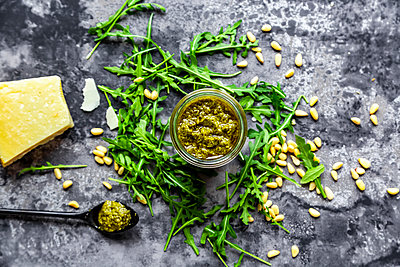 Homemade rocket pesto, pine nuts, parmesan and rocket, from above - p300m2083817 von Sandra Roesch