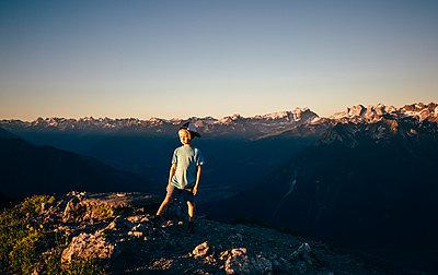 Boy enjoying view on peak, Bludenz, Vorarlberg, Austria - p429m2153054 by ©JFCreatives
