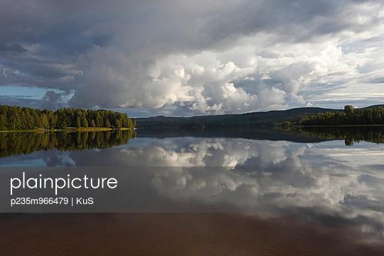 Spiegelglatter Waldsee - p235m966479 von KuS