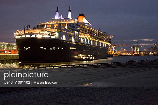 Queen Mary II Im Hamburger Hafen - p946m1091102 von Maren Becker
