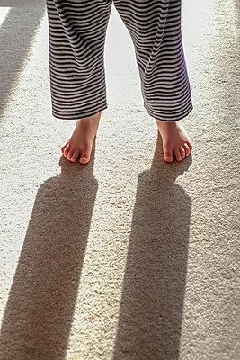 Little boy standing in an open doorway - p1228m1497004 by Benjamin Harte