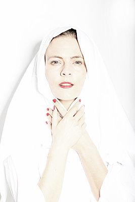 Frau mit Kopftuch, Portrait - p1229m2245635 von noa-mar