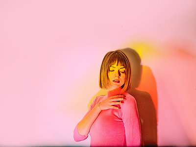 Young woman, portrait - p1413m2150248 by Pupa Neumann