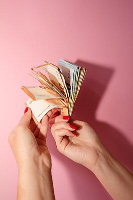 Frau zählt Eurobanknoten - p432m2119389 von mia takahara