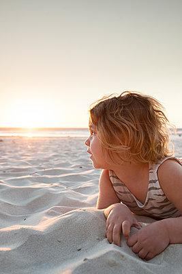 Kleines Mädchen spielt am Sandstrand - p712m1159998 von Jana Kay