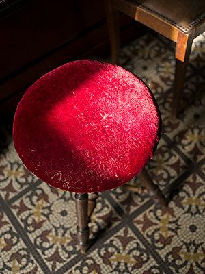 Alter Hocker mit rotem Stoffbezug - p945m1475253 von aurelia frey