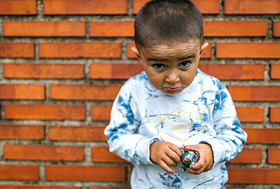 Portrait of little boy pouting mouth - p300m1059083f by Marco Govel