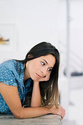 Porträt einer Frau mit braunen Haaren - p586m1020372 von Kniel Synnatzschke
