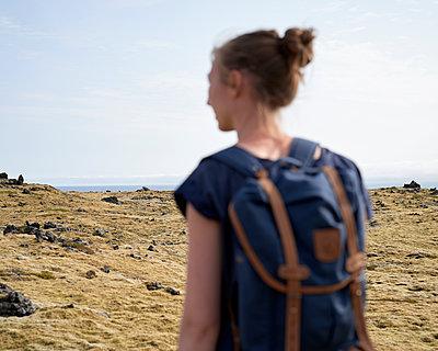 Frau wandert durch Mooslandschaft - p1124m1060200 von Willing-Holtz