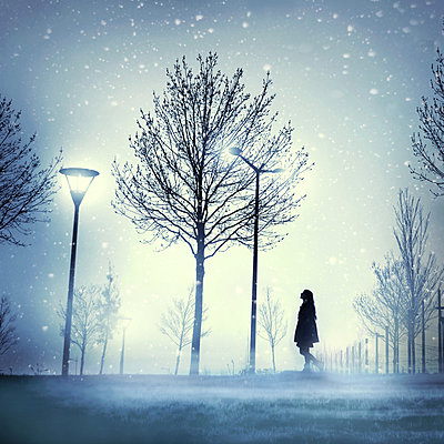Woman in a park with snowfall  - p1270m1114293 by Julie de Waroquier