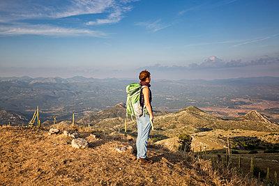 Greece, Peloponnese, Arcadia, Lykaion, woman enjoying the view from mountain Profitis Ilias - p300m2070354 von Maria Maar