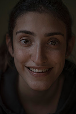 Portrait of smiling woman - p552m2204127 by Leander Hopf