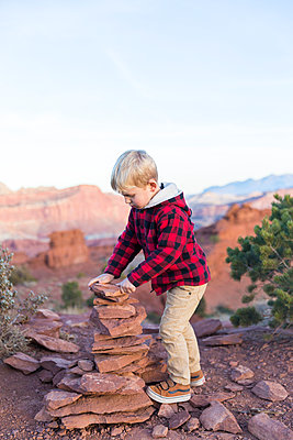 Boy building cairn - p756m1584534 by Bénédicte Lassalle