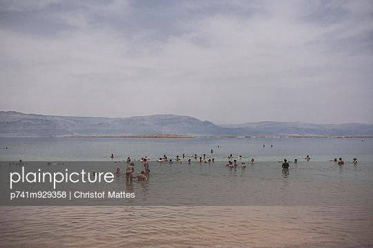 Baden im Toten Meer - p741m929358 von Christof Mattes