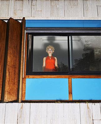 Blonde Frau in einem roten Abendkleid - p1081m2232106 von Cédric Roulliat