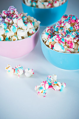Popcorn with icing and sprinkles - p1149m1550492 by Yvonne Röder