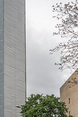 Großstadt-Szenerie mit Gegensätzen - p703m1200265 von Anna Stumpf