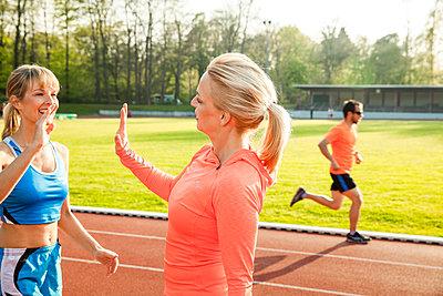 Sportliche Frau - p904m1031354 von Stefanie Päffgen