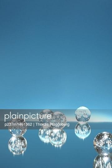Glaskugeln vor blauem Hintergrund - p237m1461362 von Thordis Rüggeberg