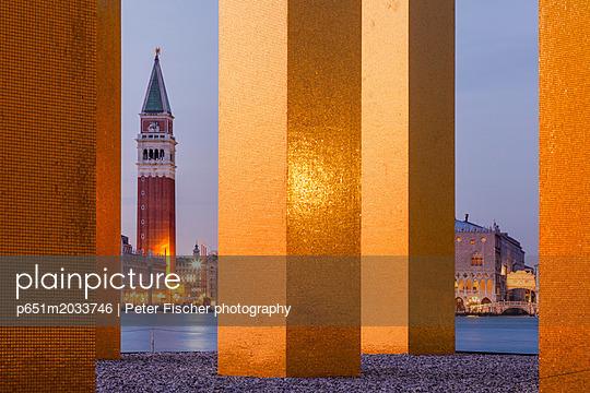 p651m2033746 von Peter Fischer