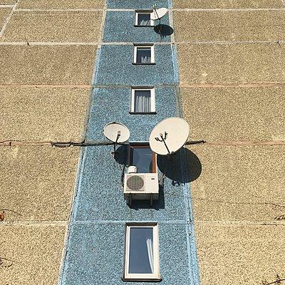 Wohnblock, Fassade mit Satellitenschüsseln, Kiew - p1401m2184450 von Jens Goldbeck